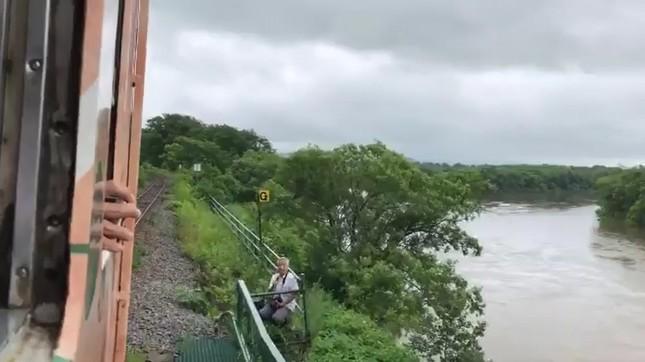 線路脇に男性が立ち入っていた(ツイッターの投稿動画より。投稿者の許諾を得て掲載しています)