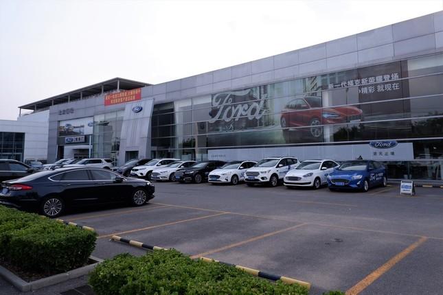 駐車場の空きスペースが目立つ北京郊外のフォード・ディーラー店