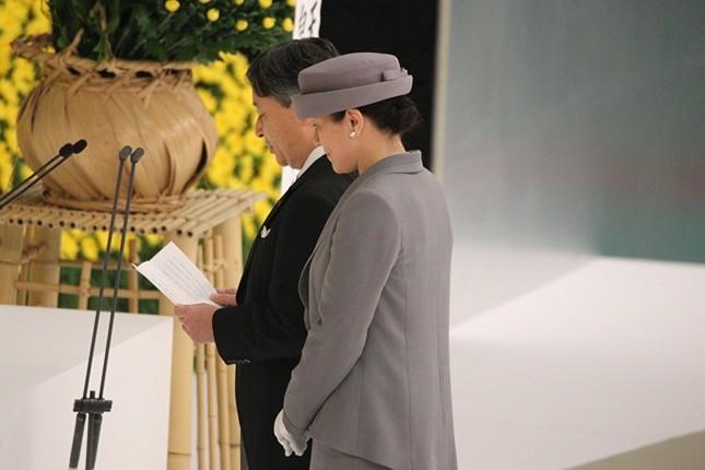 令和初の全国戦没者追悼式で「おことば」を述べる天皇陛下(写真奥)
