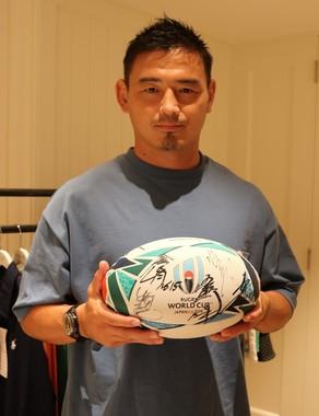 J-CASTのラグビー連載ボールにもサインを入れてくれた五郎丸選手