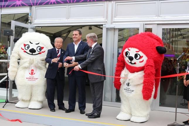 8月22日オープンの前日、テープカットを行った、左から「レン」、嶋津事務総長、WR幹部2人と「ジー」