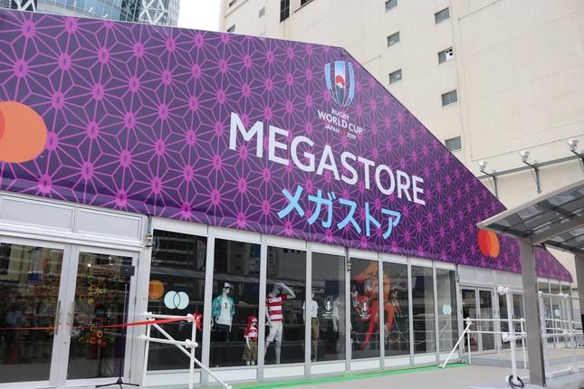 新宿駅西口にあるメガストア外観