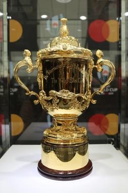 メディア向けに特別披露された、優勝チームのみが掲げられる「ウェブ・エリス杯」