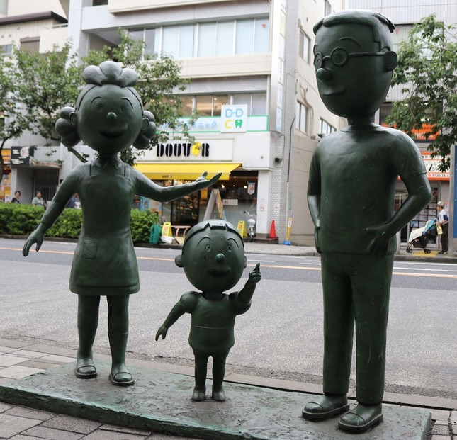 東急田園都市線・桜新町にある「フグ田」家の銅像