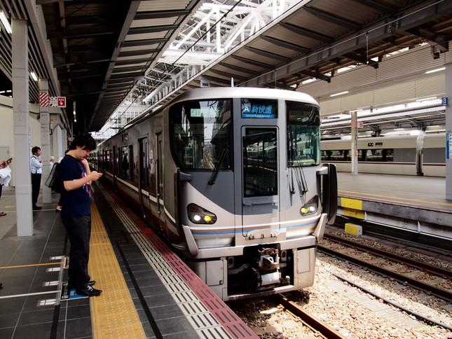 この30年で「青春18きっぷ」に乗車できる車両は大きく変わった。JR西日本「新快速」225系。