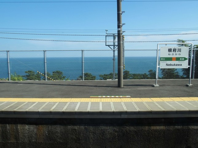 一方、30年間であまり変わらない風景もある。JR東日本根府川駅