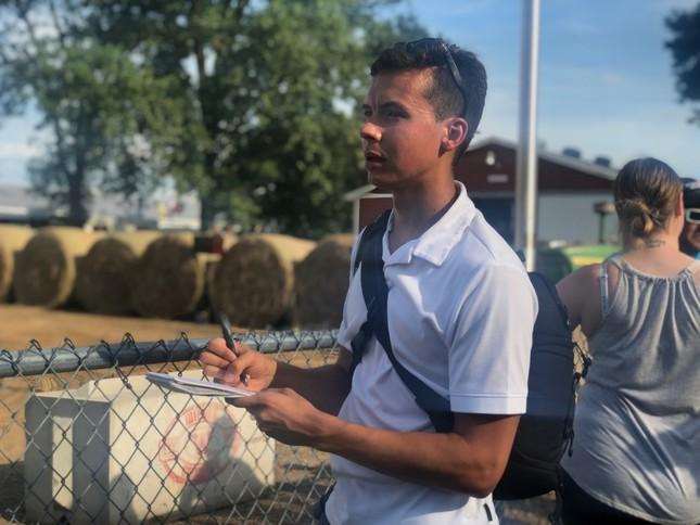 カウンティフェアで地元紙の記者として取材するナッシュ