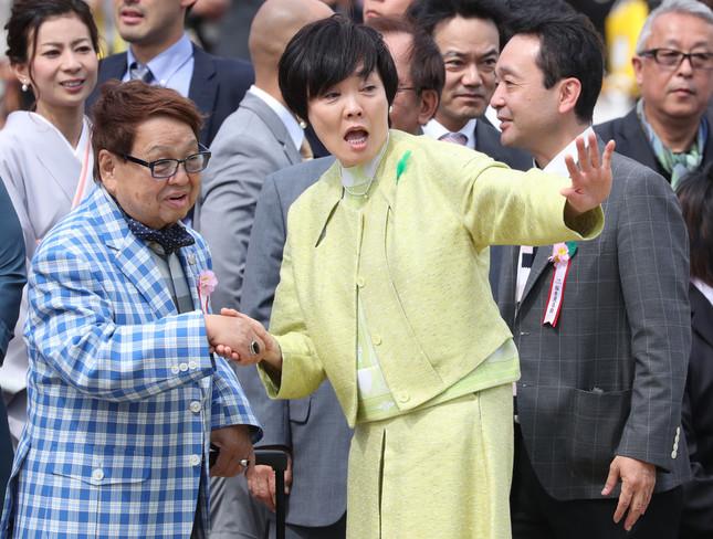 2017年、「桜を見る会」で安倍昭恵氏と握手する高木ブーさん(写真:つのだよしお/アフロ)