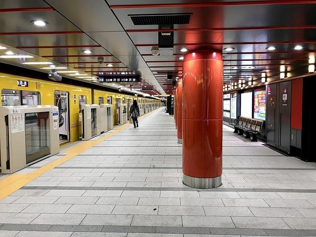 浅草寺の赤と提灯風の照明を採用した銀座線浅草駅(Wikimedia Commonsより)