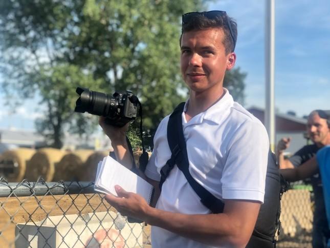 出身地の地元紙アルバイト記者として取材中のナッシュ