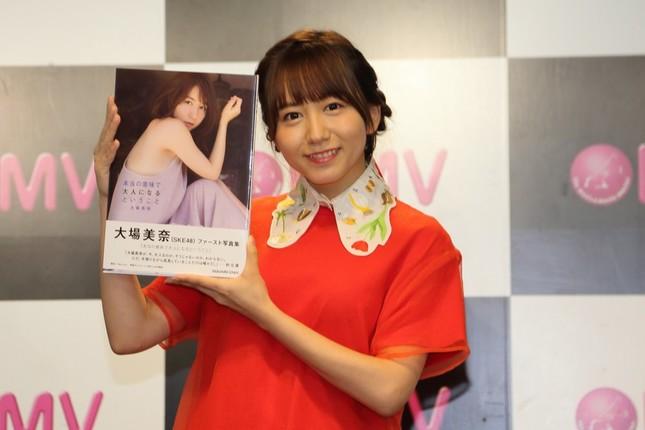 初の写真集「本当の意味で大人になるということ」(スクウェア・エニックス)の重版記念イベントで取材に応じたSKE48の大場美奈さん