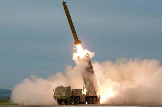 北朝鮮側の発表によると、8月24日に発射したのは「新たに研究、開発した超大型ロケット砲」だった。韓国側は、今回の発射との関連を分析している(写真は労働新聞ウェブサイトから)