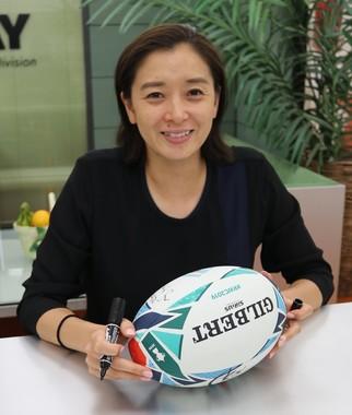 公式球にサインを入れ、幸せそうな笑顔を見せる「新妻」伊藤華英さん