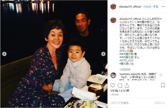 大竹しのぶさんが投稿した写真。中村勘九郎・勘太郎さん親子との3ショット