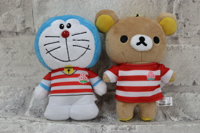 日本代表ジャージを着たドラえもん(左)とリラックマ