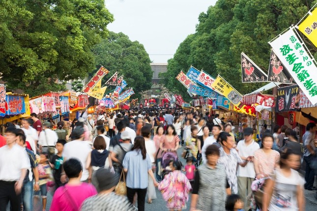 「放生会(ほうじょうや)では、800メートルほどある参道に約500軒の露店が軒を連ねる(写真提供:福岡市)