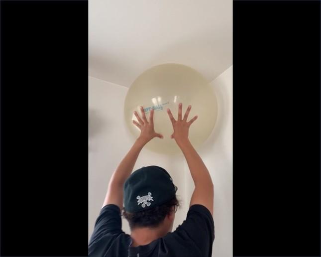 金子さんがブログに投稿した動画の一場面。バランスボールを押し込むと…