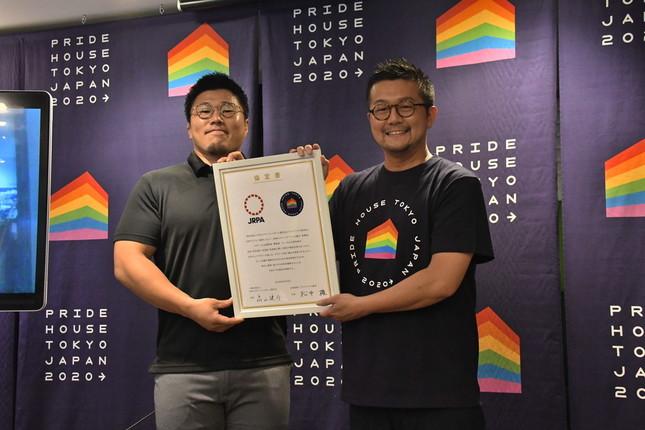 川村副会長(左)と松中代表
