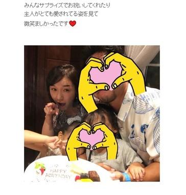 加護亜依さんのブログより。家族4人で笑顔