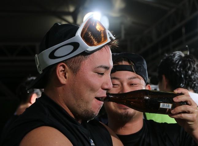 埼玉西武ライオンズのビールかけの様子。左から山川穂高内野手、森友哉捕手