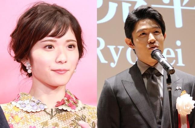 松岡茉優さんと鈴木亮平さん。さらに佐藤健さんを加えて3兄妹を演じる