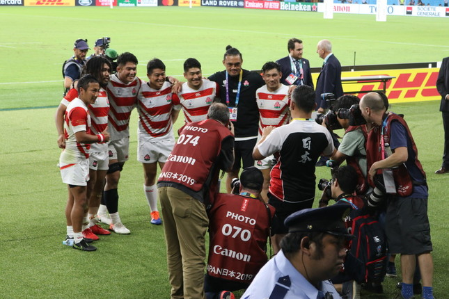 アイルランドに勝利し、多くのカメラマンに迎えられる日本代表