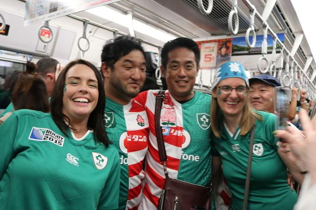 帰りの電車内では「日本とアイルランドのジャージを半分に切って縫い合わせた」という日本人男性も。試合終了後に見たファンの方々による「ノーサイド」の精神