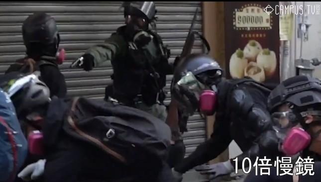 デモ隊の男性に対して警官が発砲する直前だとされる場面。SNSで急速に拡散されている