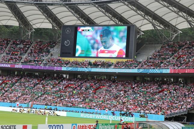 2019年9月28日に行われたアイルランド戦で、スタジアム内の大型ビジョンに映し出されるSO田村優選手。W杯のロゴとクロスオーバーしていく粋な演出だった