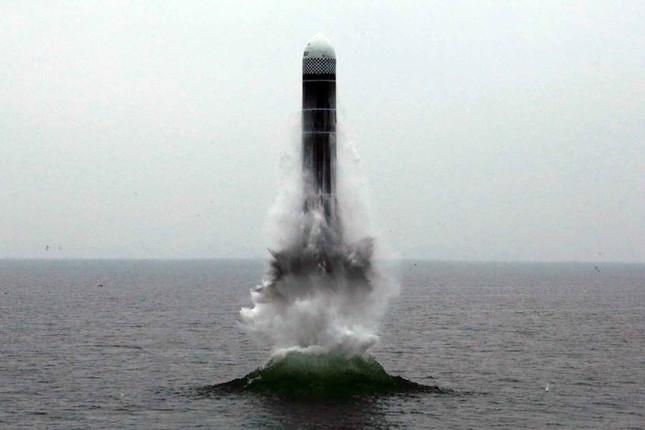 北朝鮮の国営メディアは、新型潜水艦発射弾道ミサイル(SLBM)「北極星3」の発射の様子を公開した(写真は労働新聞ウェブサイトから)