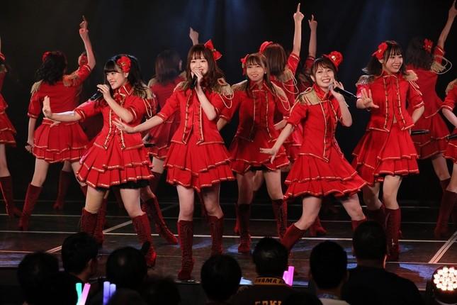SKE48の11周年特別公演には63人が出演した。前列右が卒業発表した高柳明音さん (c)2019 Zest, Inc.