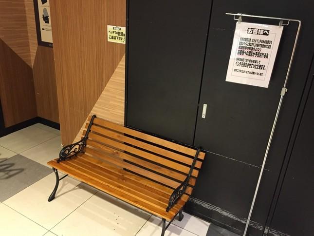 撤去されたベンチ(京王ストアキッチンコート三鷹店で、編集部撮影)
