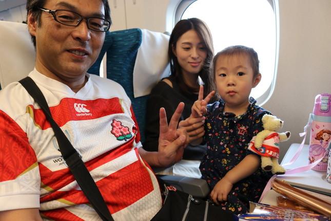 左から、中村亮土選手の義父さん、奥さまの恭子さん、「パパ、頑張れ~!」とはしゃぐ娘の美碧(みらん)ちゃん