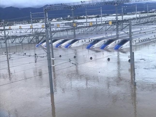 浸水した北陸新幹線の車両(写真は、「こうや@漆黒沼は深い@nu_tac」さん提供)