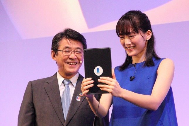 綾瀬さんはタブレット端末からアバターロボットの操作にも挑戦した