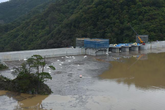 ほぼ満水になった八ッ場ダム(写真:Natsuki Sakai/アフロ)