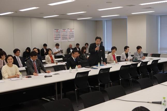 会合では枝野幸男代表もメガネ姿であいさつ。市井氏は国会議員と同じ列に座った