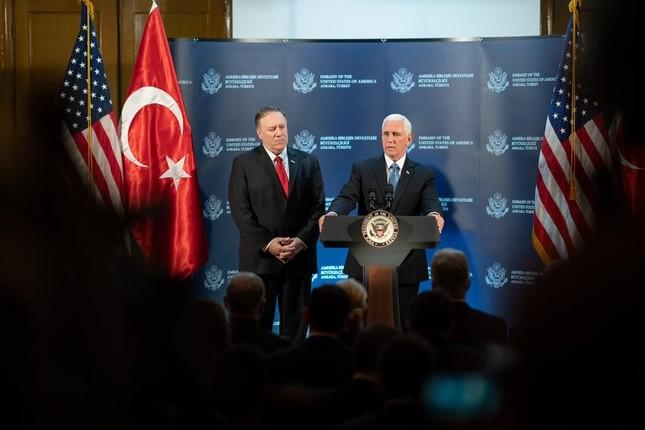 トルコのエルドアン大統領と会談後、シリアへの軍事作戦の一時停止に合意したと記者会見する米国のペンス副大統領(右)とポンペオ国務長官(10月17日、アンカラ)=ペンス副大統領のツイッターから