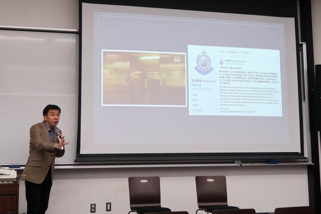 アジアのファクトチェック事情について講演する香港大学ジャーナリズム・メディア研究センター准教授の鍛治本正人氏。香港の警察も「ファクトチェック」を行っていることが紹介された
