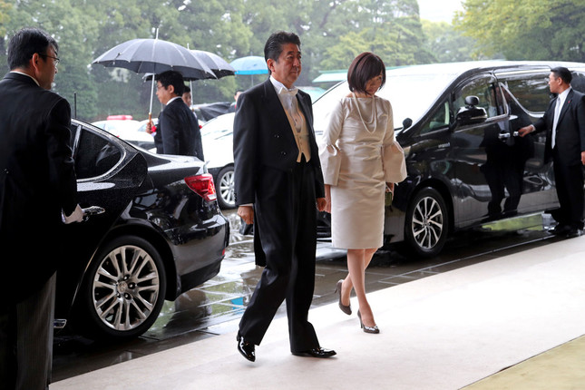 即位礼正殿の儀に参列した安倍首相夫妻(写真:代表撮影/ロイター/アフロ)