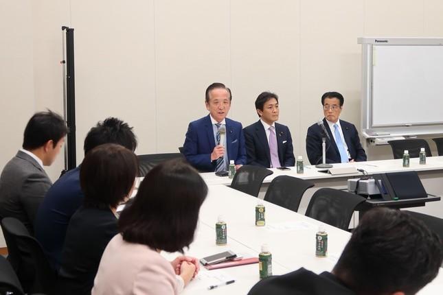 当選1回の議員は中村喜四郎元建設相(写真中央)の話に熱心に耳を傾けていた