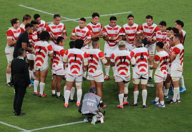 試合で勝利を収め、円陣を組む日本代表選手たち
