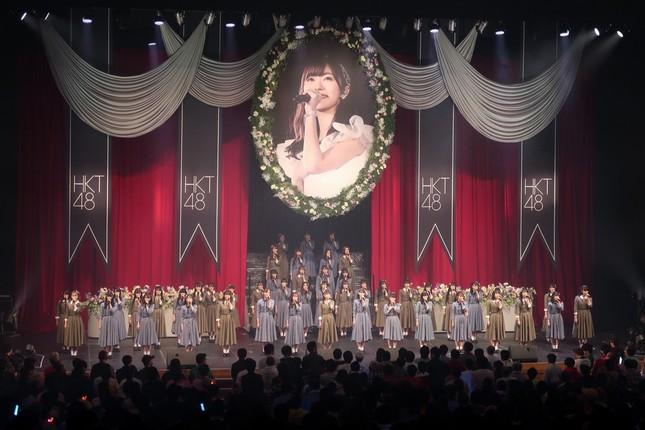 コンサートは指原さんの肖像画を背景にした「卒業式」で開幕する構成だ
