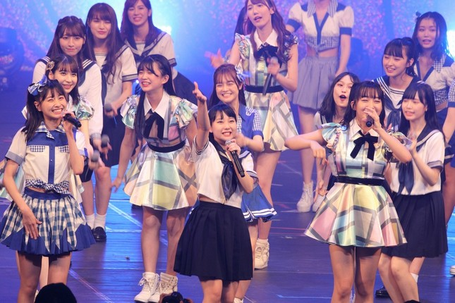 田中美久さん(中央)は「新しいHKTでこれから頑張っていけるんじゃないか」と意気込んだ