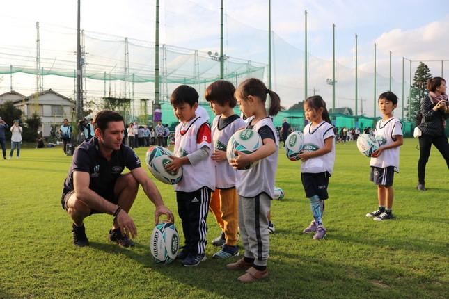 ラグビー界のレジェンド達の指導で、キックを練習する子どもたち