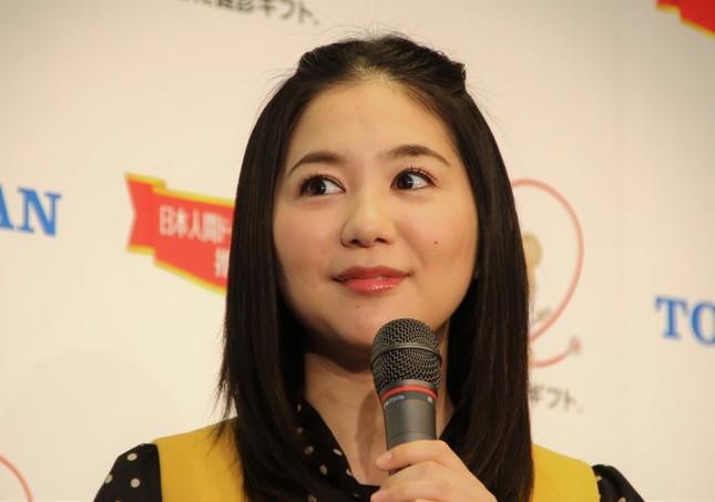 第2子が誕生した関根麻里さん(2016年)