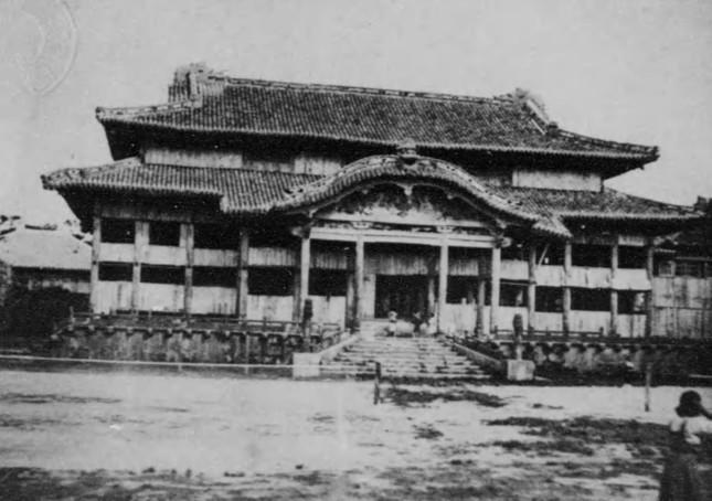 沖縄戦で焼失した首里城本殿。カラー映像が見つかったのは2014年のことだった(写真は「沖縄写真帖」(坂口総一郎著、1925年)から)