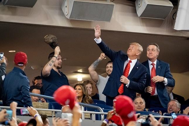 メジャーリーグ(MLB)のワールドシリーズを観戦するトランプ大統領とメラニア 夫人(2019年10月27日、ホワイトハウス公式Flickrより)