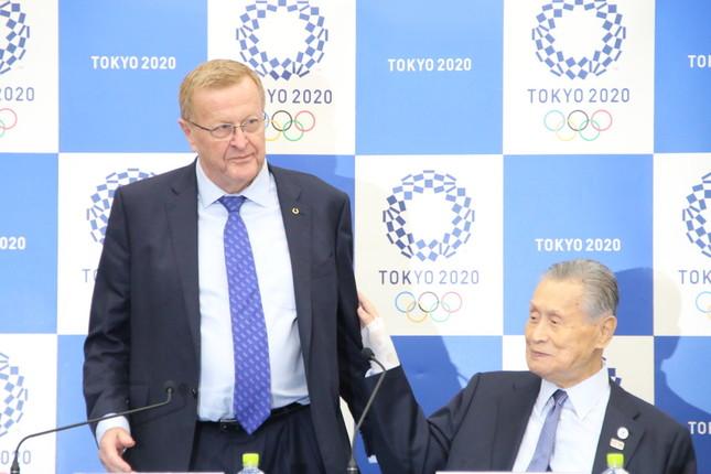 合同記者会見に臨むジョン・コーツIOC調整委員長(左)と森喜朗・組織委員会会長(右)