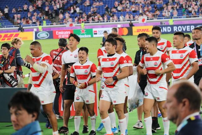 8強を決める激闘を終え、ロッカールームへと引き上げるラグビー日本代表